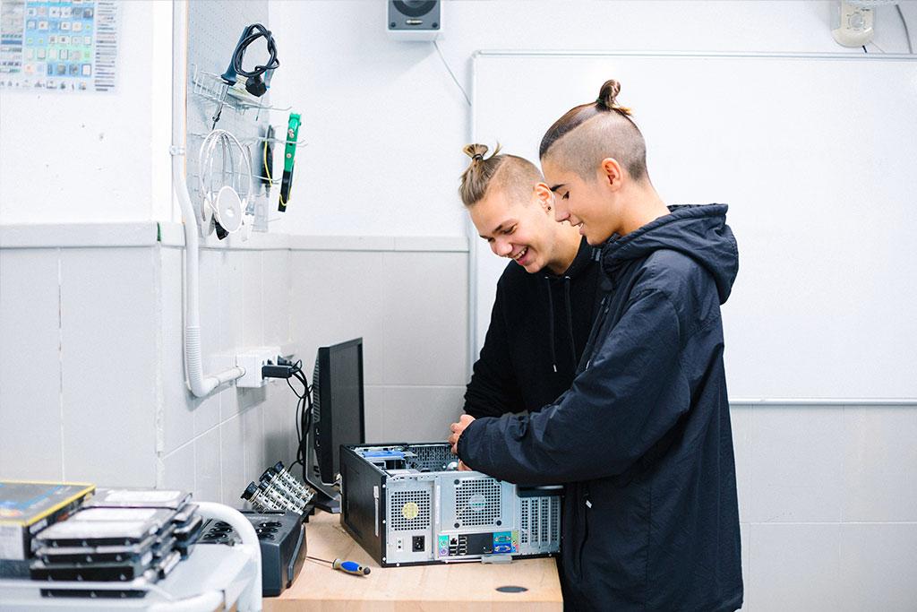 Joves reparant ordinadors a la Fundació Marianao