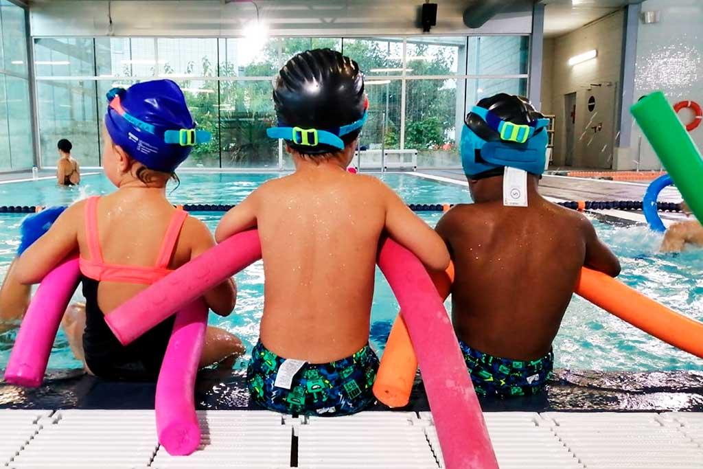 Infants de la Fundació Marianao a una classe de natació