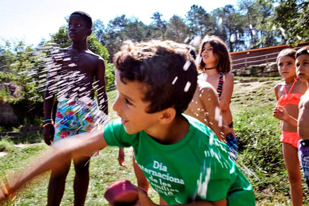 Jocs d'aigua amb infants al casal d'estiu de la Fundació Marianao