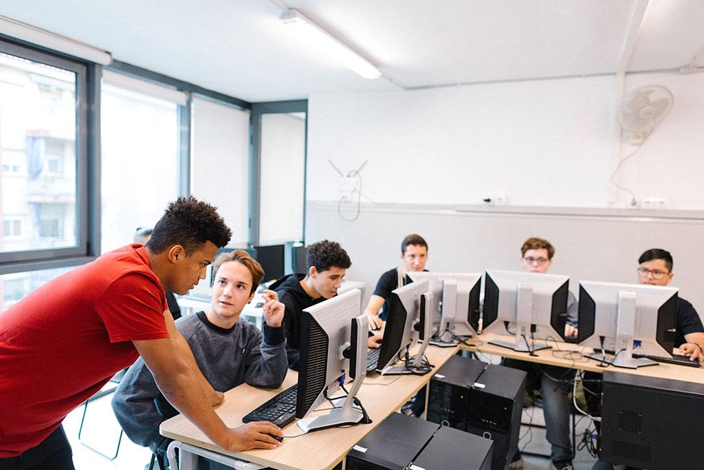 Grup de joves del curs d'informàtica a la Fundació Marianao