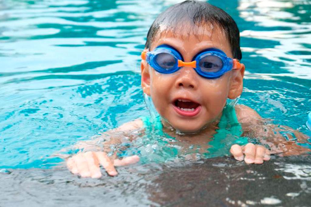 Infant fent natació