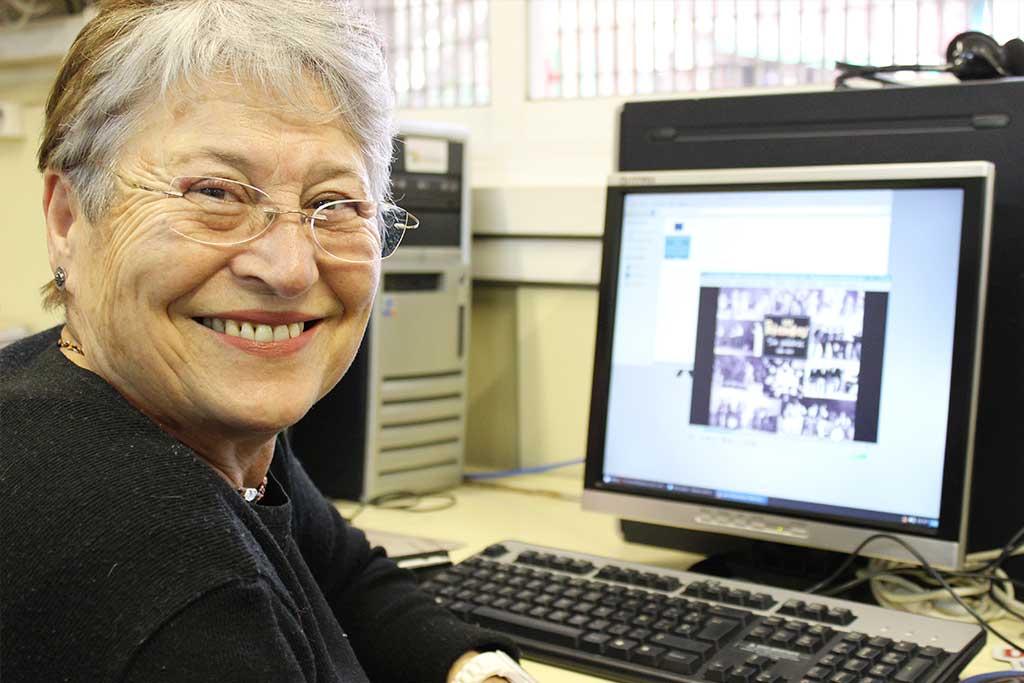 Dona gran fent classe d'informàtica a la Fundació Marianao.