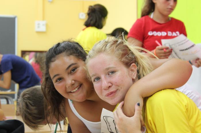Dues noies al casal d'estiu de la Fundació Marianao.