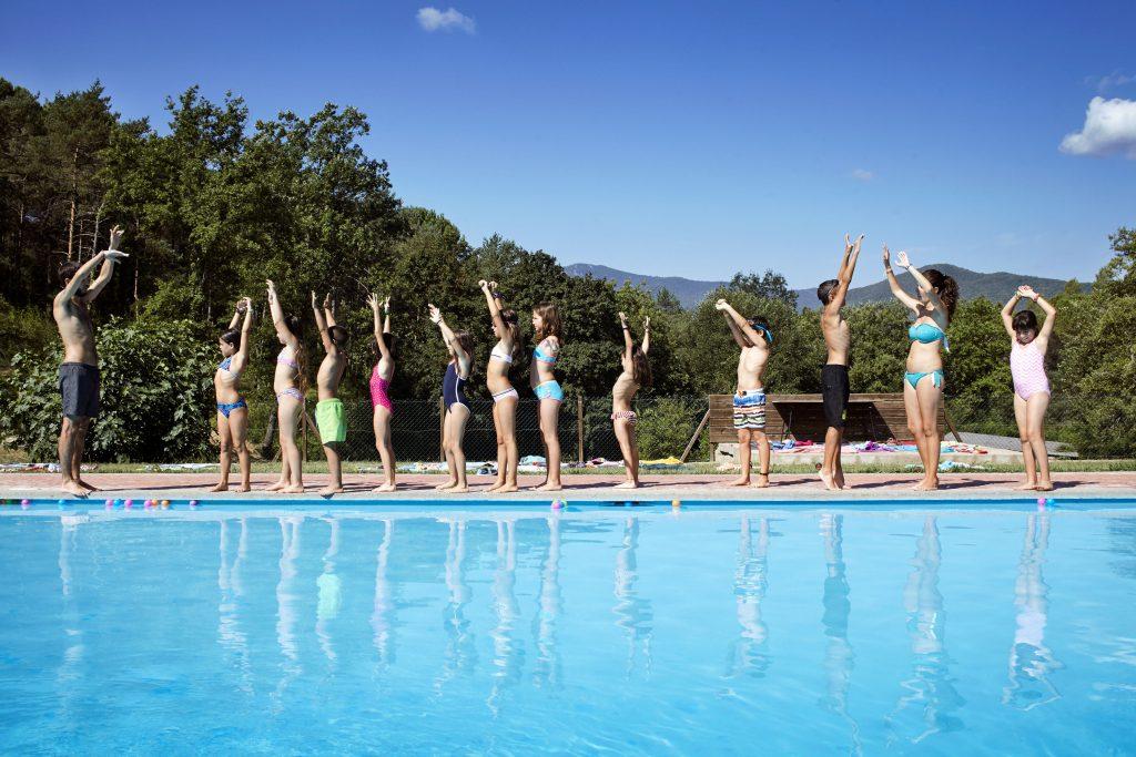 Activitats a la piscina al Casal d'Estiu de la Fundació Marianao