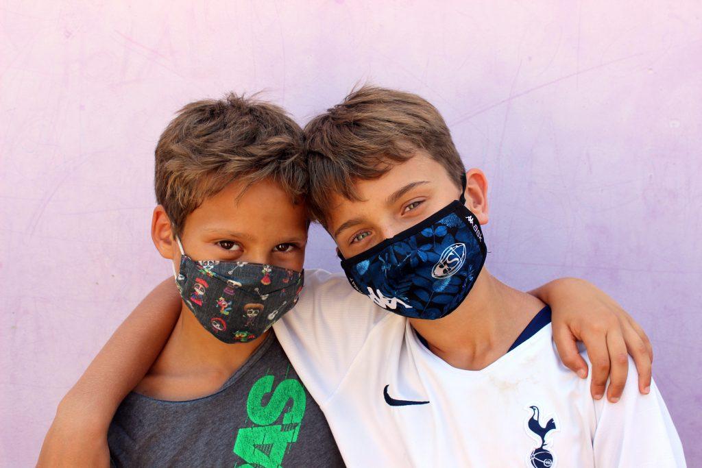 Infants amb mascareta al casal d'estiu de la Fundació Marianao.